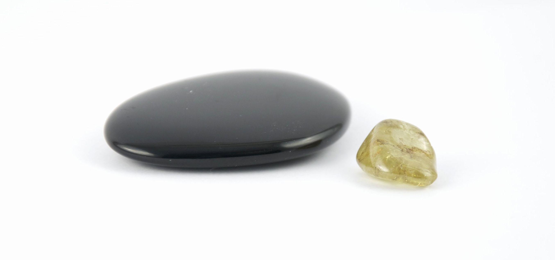Taschensteine aus schwarzem turmalin und grünem granat