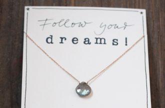 Halskette mit Labradorit ind Tropfen Form und dem Wunsch Follow your dreams!